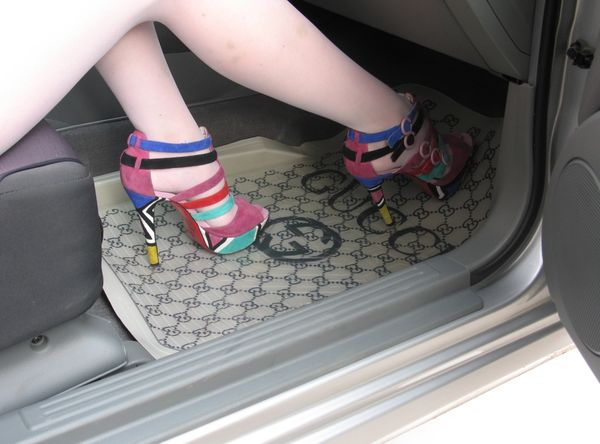 Какими бывают автомобильные коврики в салон