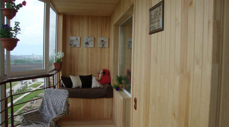 Фото - Отделка балкона евровагонкой: преимущества