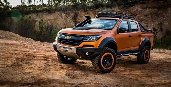 Chevrolet Colorado из самосвала песка